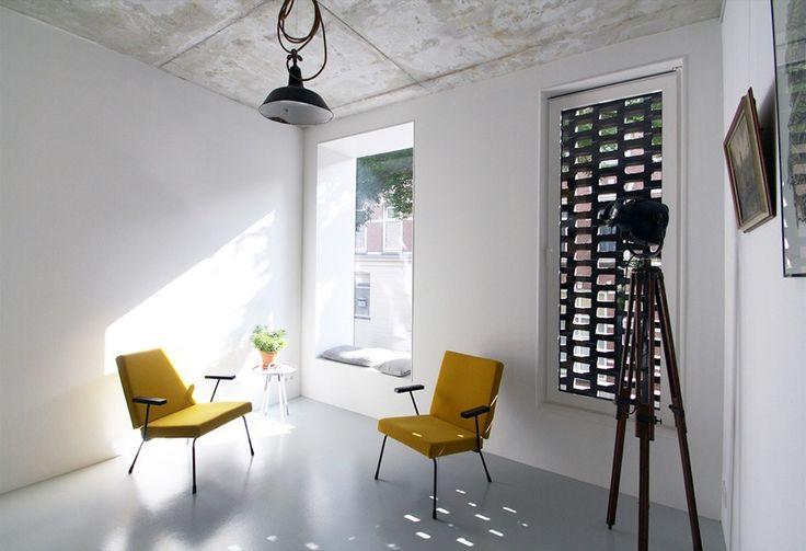 Interiéry dotváří nábytek v populárním retro stylu.