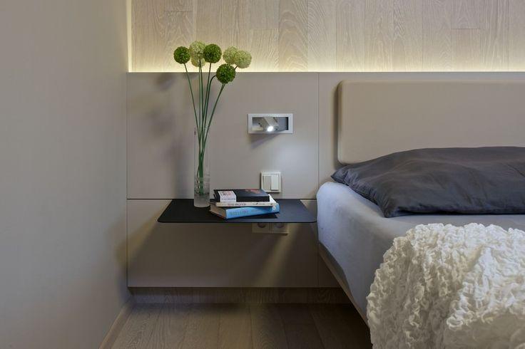 Osvětlení v ložnici je navýsost příjemné – jednak je to zadní podsvícení LEDkami, jednak jsou to lampičky Aprolux - ProŽeny.cz