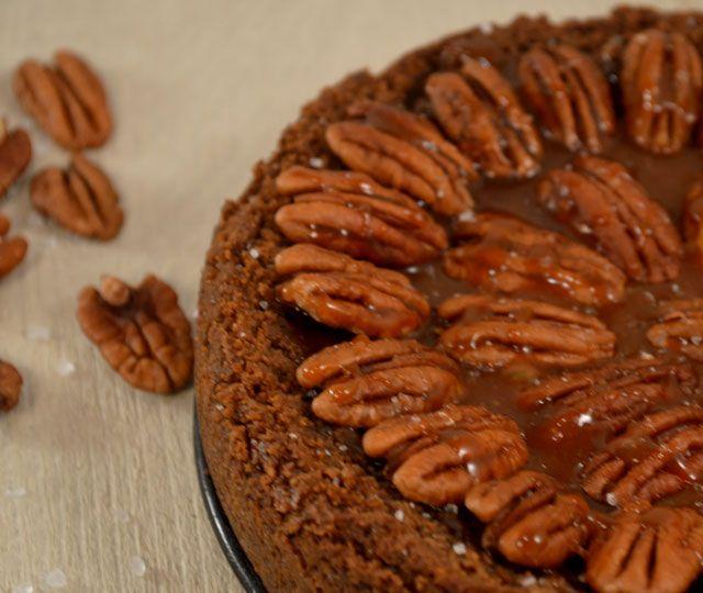 Salted Caramel Pecan Pie. Een zachte en toch crunchy bodem, pecannoten met romige karamel er bovenop en een vleugje zout.... Loopt het water je al in de mond?!