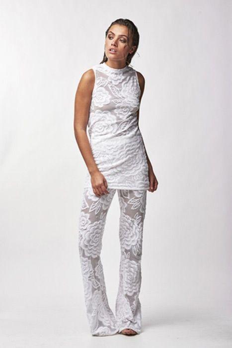 Een flared half doorzichtige kanten broek met wijde pijpen. Ook in blauw verkrijgbaar. 100% Polyamide elasthan