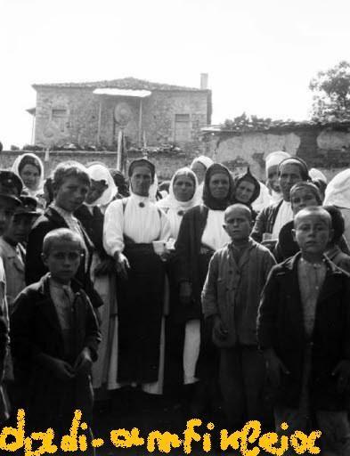 Φωτογραφία των Ελβετών περιηγητών Waldemar  Deonna και Paul Collart  πού πέρασαν από το Δαδί τον Μάιο του 1905. Η φωτογραφία είναι από λιτανεία που έκαναν οι Δαδιώτες για να βρέξει, και η Δαδιώτισσα με τα γραμμένα ρούχα κρατάει και κούπα με αγιασμό. http://dadi-amfikleia.blogspot.gr/