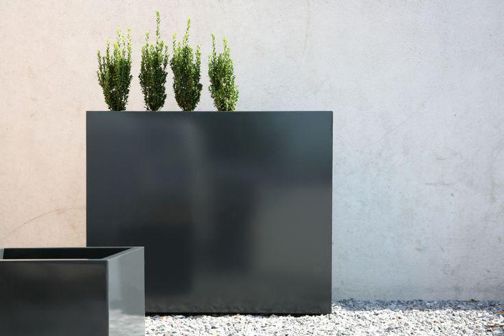 Ekskluzywna donica Flowerbox. Ta nowoczesna donica została wykonana ze stali ocynkowywanej malowanej proszkowo może być również pięknym elementem dekoncentracyjnym.