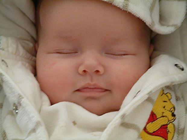Bebeklere Doğal Yardım    Sevimli, küçük, sonsuz mutluluk kaynağıdır bebekler.    Anne sütü aldıkları zamanlarda bazı bebeklerin ağızlarında pamukçuk oluşur. Genellikle temiz nemli bir bez ile silinir. Ayrıca bir bardağa 1 adet limon suyu, diğer bardağa 1 çorba kaşığı toz soda konulur. Temiz gazlı bez parmağa dolanarak önce limon suyuna, ardından toz sodaya batırılıp ağız çevresi silinir. Ardından bir çay kaşığı dut şurubuna batırılıp, ağza sürülür.