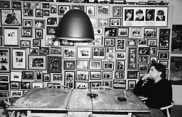 """""""Ahora celebro la vida con más calma"""". Mientras desembala su nuevo disco 'Lo niego todo' Joaquín Sabina comparte su casa estudio con ELLE. En nuestro número de marzo te mostramos cómo es el hombre cuando descasa el mito. (Por @gema_veiga / Fotos: @rafagallar / Realización: @sylviamontoliuelle) #ellemarzo #joaquinsabina #loniegotodo #elle via ELLE SPAIN MAGAZINE OFFICIAL INSTAGRAM - Fashion Campaigns Haute Couture Advertising Editorial Photography Magazine Cover Designs Supermodels Run..."""