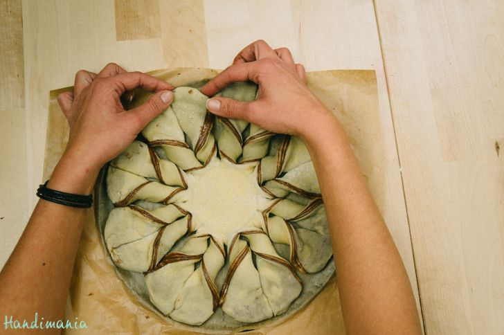 Bake unique Christmas star bread full of chocolate flavor