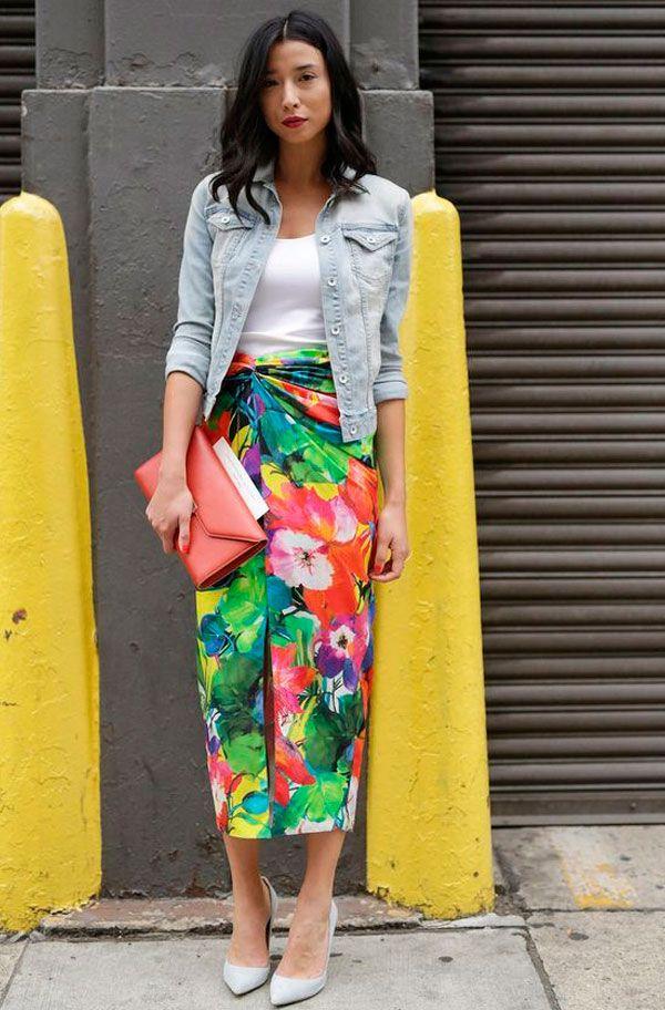 Você já deve ter visto saias ou vestidos no comprimento midi por aí. Se inspire nesse look de saia amarrada com estampa tropical, casaco jeans e scarpin e monte já o seu.