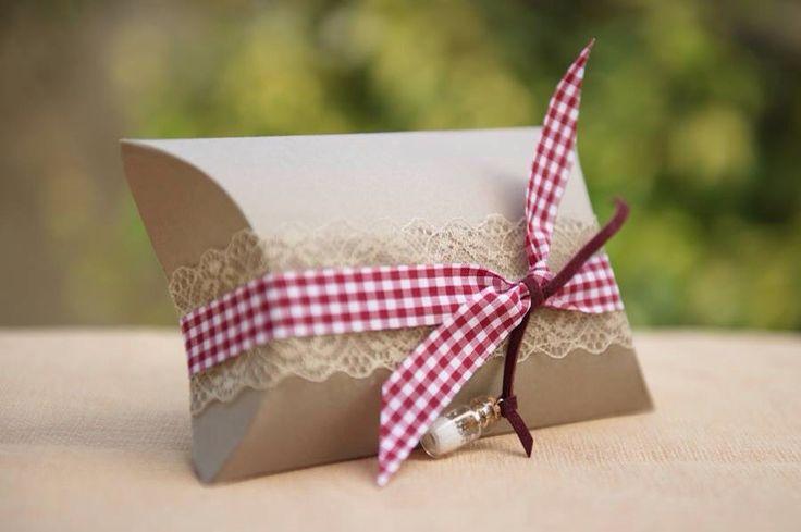 Μπομπονιερα βάπτισης κουτί κραφτ πομπές με δαντελα, κορδέλα καρω μπορντό και κρεμαστο μπουκαλάκι.