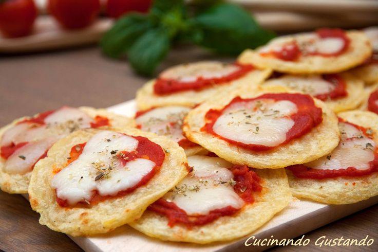 Le Pizzette di patate e formaggio sono una deliziosa alternativa alle pizzette tradizionali fatte con la farina e il lievito. Semplici e veloci da preparare