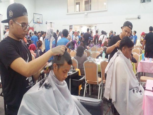 Gunting rambut tampung sara hidup   Mohamad Zul Alif (kanan) dan Fathillah menggunting rambut pelajar secara percuma ketika Program Kampus Rakan Muda 2016 di Pusat Sukan UTeM.  ALOR GAJAH - Walaupun tidak pernah mengambil kursus menggunting rambut namun seorang pelajar membuktikan dengan minat dan usaha pasti mampu melakukannya. Pelajar Jurusan Teknologi Pembuatan Universiti Teknikal Malaysia (UTeM) Melaka Mohamad Zul Alif Mat Daud 23 berkata dengan kemahiran menggunting rambut dia dapat…