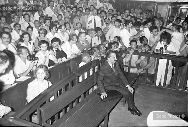 Bülent Ecevit, Siyasi Partiler Kanunu'na aykırı davranmaktan 11 ay 20 gün hapse mahkûm edildiği 17 Ocak 1987'deki duruşmasında. Rahşan Ecevit hemen arkadaki sırada.