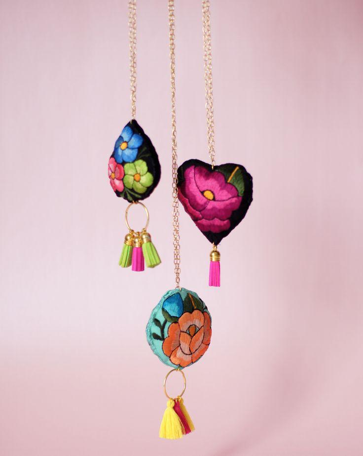 Si quieres saber más sobre estos hermosos accesorios bordados 100% yucatecos,  visita: http://lolkina.com/