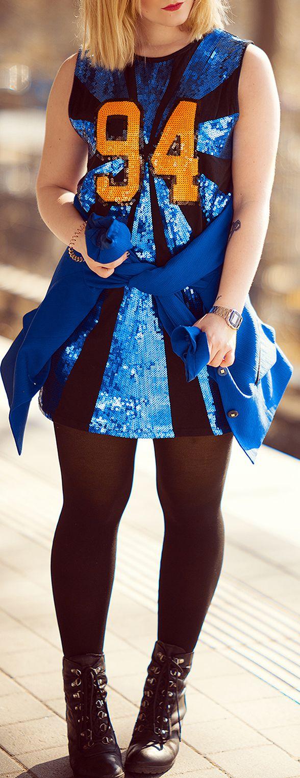 Outfit Inspiration für Damen - Blaues Pailletten Kleid kombiniert mit rotem Lippenstift und hohen, rockigen Boots - der perfekte Look für die Femme Fatale und das ideale Outfit für die Feiertage Silvester und Weihnachten! Jetzt entdecken auf CHRISTINA KEY - dem Fotografie, Blogger Tipps, Rezepte, Mode und DIY Blog aus Berlin, Deutschland