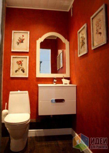Красная ванная комната, белая тумба и зеркало, красный в интерьере