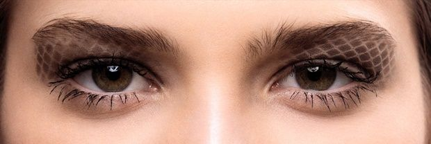 """Chanel Prêt-à-Porter Autunno/Inverno 2016-2017: Focus sugli occhi. L'arco sopracciliare è curato e delineato con la Palette Sourcils de Chanel (novità 2016). Per la base delle palpebre è utilizzato Le Stylo Eyeshadow in Beige Doré (novità 2016). L'effetto """"matelassé"""" viene creato grazie ad un sapiente gioco di sfumature, con un effetto trucco serigrafico, utilizzando la palette Les 4 Ombre Tissé Essentiel (novità 2016) e l' Ombre Essentielle in Midnight."""