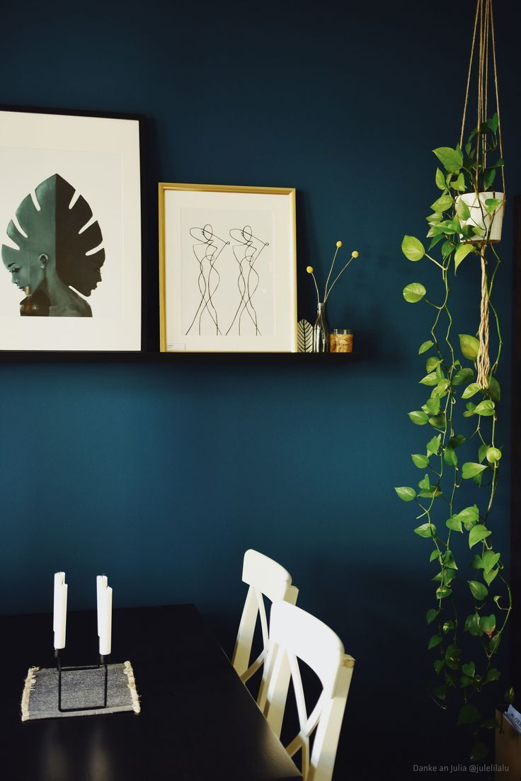 A great petrol blue as a wall paint. Color High opaque in the color K / 100-17-30