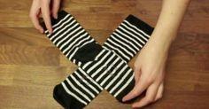 Βασικά υπάρχουν δύο τρόποι να βολέψει κάποιος τις κάλτσες του. Ο πρώτος είναι τις διπλώσετε μαζί και να τραβήξετε τη μία πάνω από την άλλη. Αυτόν χρησιμοπο