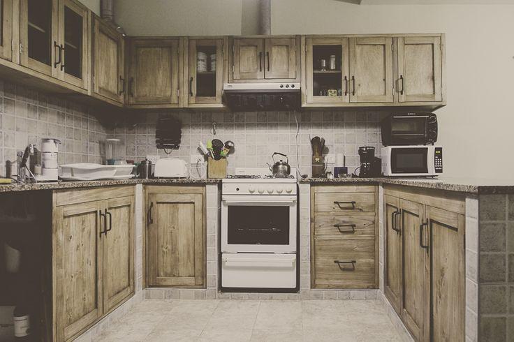 Mueble de cocina en álamo a medida , los hacemos con la distribución y diseño que desees , armando el modelo con las necesidades que tengas en tu hogar , Bajomesadas , alacenas , frentes de cocina , mesadas en álamo o pino macizos , pulidos y encerados estilo campo.