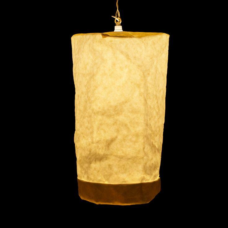 Hanging Lamp är en avslappnad och rustik lampa från det danska varumärket UASHMAMA. Lampan är helt i grovt papper som släpper igenom ljus på ett mycket behagligt sätt. Du kan anpassa storleken på din lampa genom att rulla upp den nedre kanten. Hanging Lamp kommer i två olika storlekar och levereras med en tvinnad vit textilsladd.