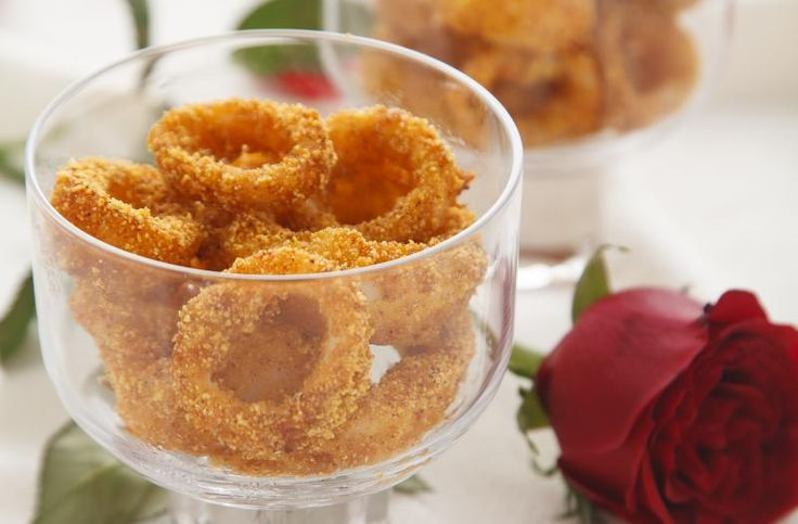 Siamo abituati a prepararli fritti in pastella, ma gli anelli di calamari sono ottimi anche cotti in forno, se la panatura è speciale come questa..