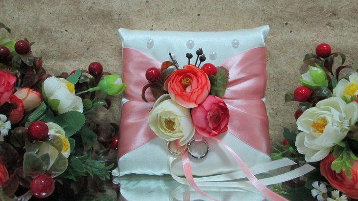 Подушечка для колец ручной работы шелковая белая с розовым бантом, винтажными розами и ягодами.
