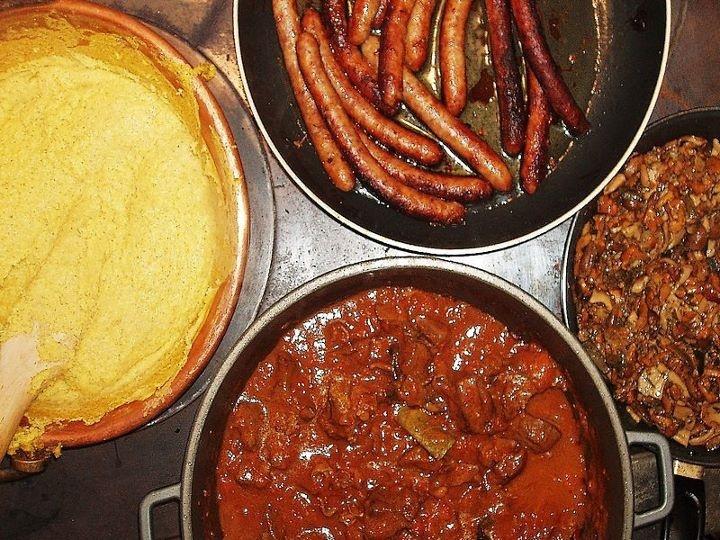 #Polenta, spezzatino, #salsicce in #Trentino-Alto Adige   www.BedAndBreakfastItalia.com - #TrentinoAltoAdigeFood #Food #ItalianFood #TrentinoAltoAdige #Italy