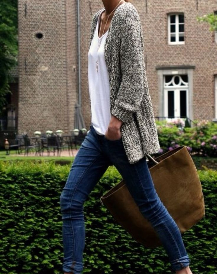 dark skinny jeans with a slouchy white shirt and marled gray over sized knit cardigan. loose fitting top with tight bottom.Pendant on a long chain, plain tote bag. comfy, casual, tomboy ish