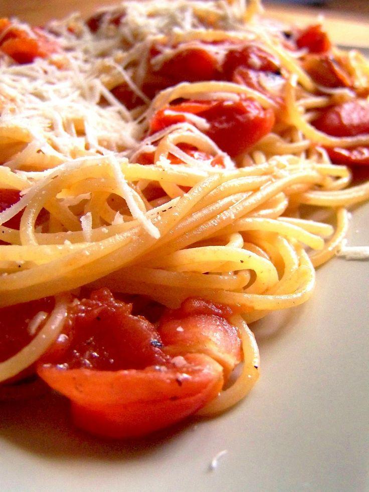 Špagety s čerstvými rajčaty a česnekem