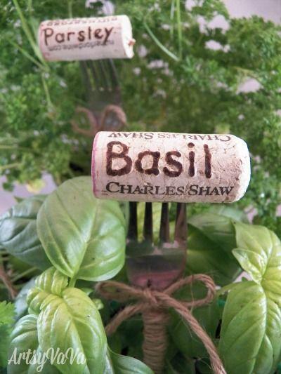 Weinkorken als Beschriftung für das Kräuterbeet