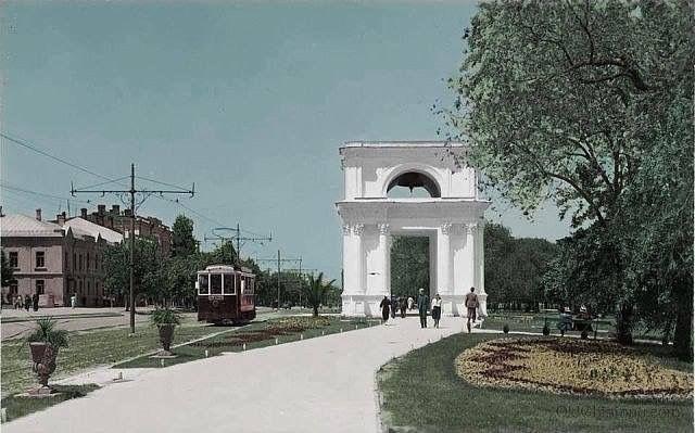 Кишинёв в цвете. 1930 год. Когда-то по главной улице столицы ходили трамваи