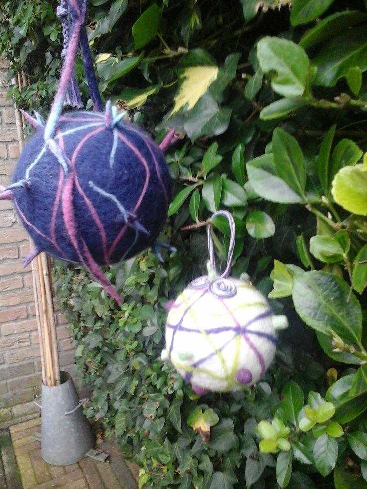 Vilten kerstballen. Gemaakt door Loes Meijer
