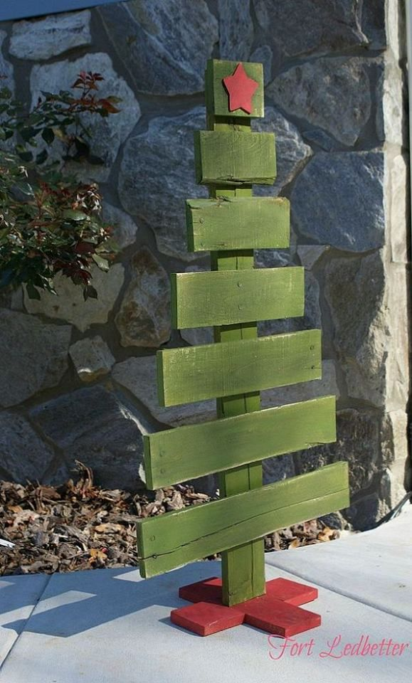 Christmas tree out of wooden pallets. Could make cuter by turning boards in different directions & giving it more life!