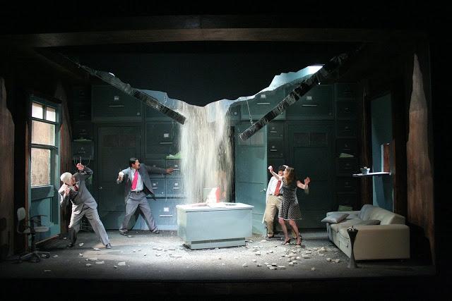 El estreno mundial de LA GRIETA de Sabina Berman, se efectúo en el Teatro de La Conchita propiedad de la actriz Olga Marta Dávila, bajo la dirección de Carlos Haro. Escenografía Alejandro Luna.