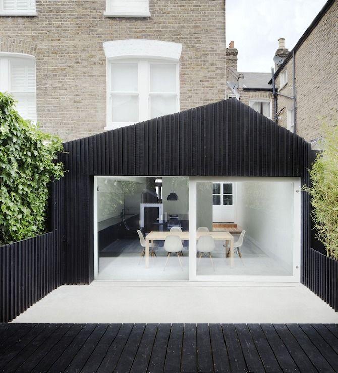 Cette extension de maison, bardée de mélèze noir, a été imaginée par l'agence d'architecture londonienne Gundry & Ducker. Coup de Coeur!