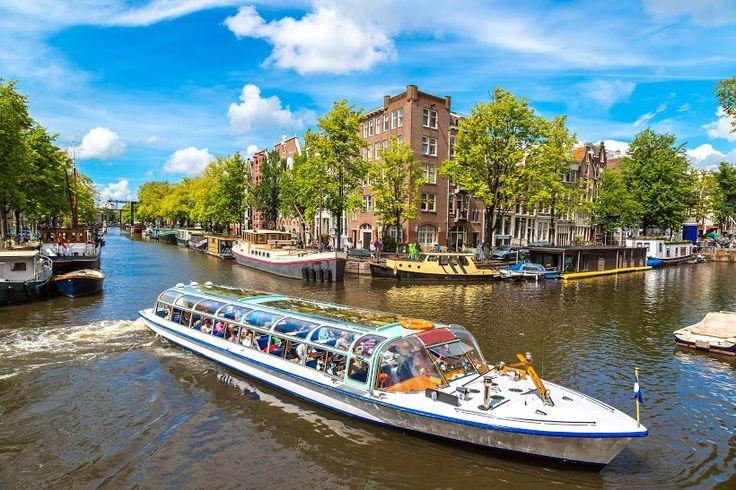 #Viajar a #Ámsterdam es pasear en sus embarcaciones y conocer la ciudad desde el agua. Participa de la aventura y #viaja con #Despegar este verano #despegar #trip #travel #turismo #vuelos #viajes #holanda