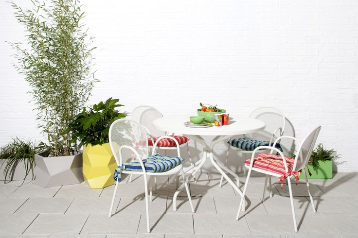 With attractive, petal-shaped chairs and mesh surfaces, the Ronda 4 seater white metal garden furniture set is a fresh take on traditional designs.Pair with Louee cushion covers to add pops of colour!