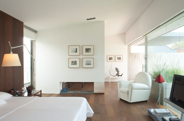 Пентхаус Polanco расположен в престижном, но густонаселённом районе Мехико, Мексика. Представленный студией Gantous Arquitectos, он примечателен лёгким интерьером и красивым панорамным видом на город. Интересная планировка позволила организовать в резиденции сады, террасы и патио под открытым неб...