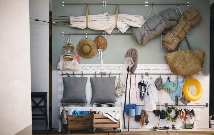 コートやジャケットをかたづけたら、レールやフックを取り付けて、タオルやマット、うきわ、水着、帽子、子供の遊具などビーチ用のアイテムを掛けるスペースをつくってみましょう。