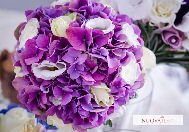 Se spune despre hortensie că reprezintă dragostea recunoștința și sinceritatea în iubire. Așadar o alegere minunată pentru buchetul de mireasă dar și pentru aranjamentele florale din ziua nunții. Tu cum îți imaginezi buchetul de mireasă? http://ift.tt/2ggyD1y