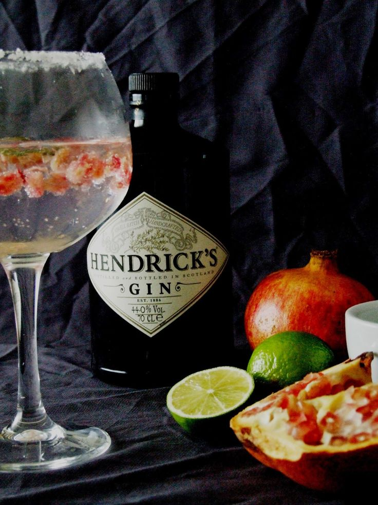 mesa corrida: Gin tónico com romã e lima para brindar a 2015 . Gin and tonic with pomegranate and lime to toast to 2015