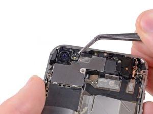 STAP 1  Gebruik indien nodig een pincet of een openingstool om de buitenste plastic ring die op de flitser van de camera aan te achterkant te verwijderen.
