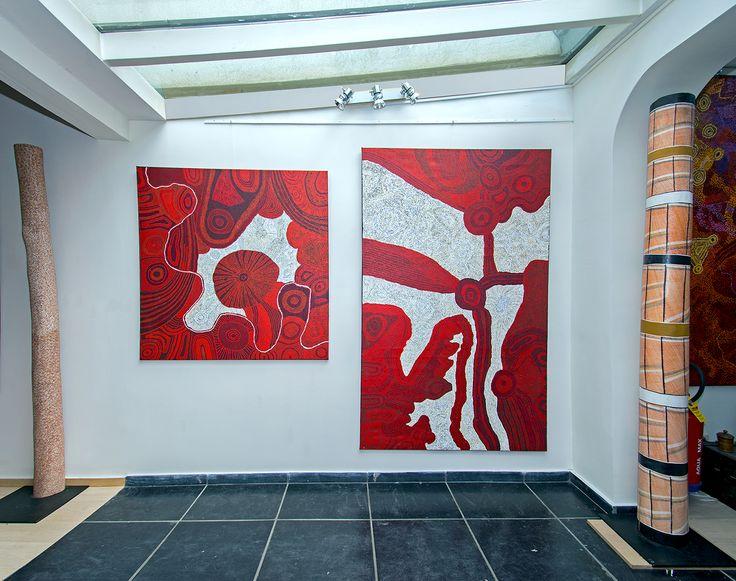 """Oeuvres de l'artiste Betty Pumani du centre d'art de Mimili Maku, présentées lors de l'exposition """"Paysages Aborigènes incarnés du APY land""""."""