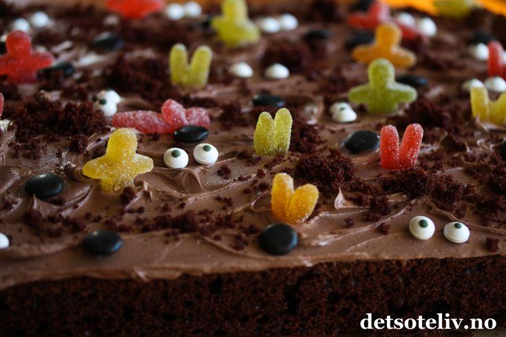 Det går raskt å lage en sjokoladekake i langpanne til Halloween! Bare legg på noen sorte nonstop, øyne og halve seigmenn-kropper, så forvandles overflaten på kaken til et skummelt landskap. Dryss over litt jord (=kakesmuler), så er du der...