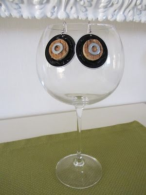 Orecchini realizzati dal riciclo di cialde del caffè in alluminio con applicazione ricavata da tappo di sughero di bottiglia di vino e rondella (vista 1)