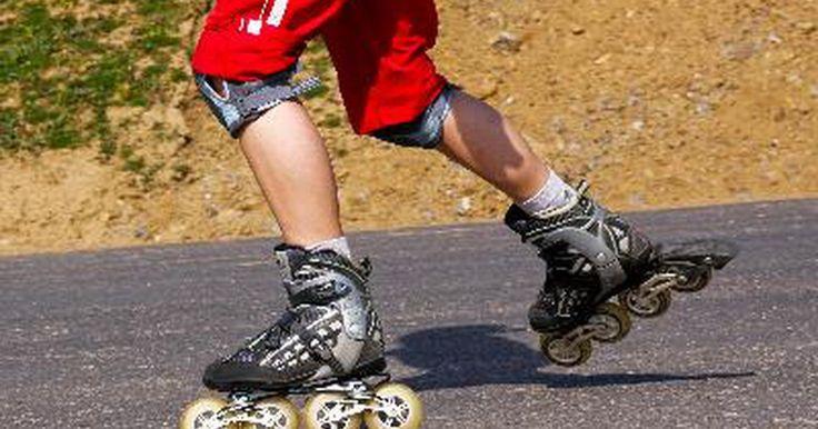 ¿Cómo difiere el patinaje en linea del patinaje de cuatro ruedas?. La diferencia principal entre los patines de cuatro ruedas y los otros (el nombre usado comúnmente es patines en línea) es la colocación de las ruedas. En los patines de cuatro ruedas, estas están colocadas dos en el frente y dos atrás, como las ruedas de un auto. Esto permite que el balanceo sea más fácil para los principiantes, pero reduce la ...
