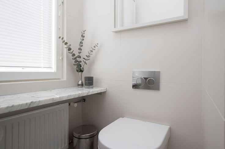 Isot laatat kylpyhuoneen seinissä