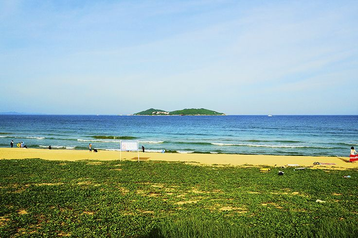 #HaitangBay in #SanyaRepin #SanyaHeartstoHearts #Sanya is a good place to go whether you want to stroll along the sandy beach or just lie down on the #bench, taking a nap. #China #Whererefreshingbegins #Nature