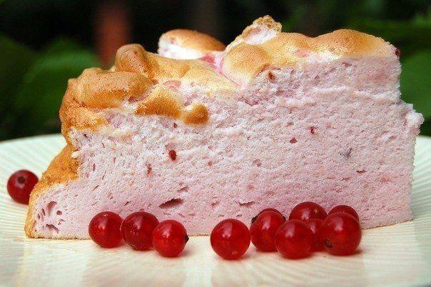 """ТОРТ """" РОЗОВОЕ ОБЛАКО""""<br><br>Нежнейший десерт, потрясающего розового оттенка. Тает во рту! А как легко приготовить! Такое блюдо отлично подойдет тем, кто придерживается диеты номер пять.<br><br>Ингредиенты:<br><br>-200 грамм любых ягод (желательно не кислых),<br>-200 грамм сахара,<br>-2-3 столов.."""