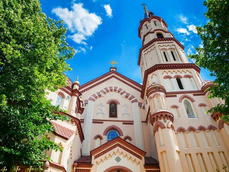 de Sint Nicolaas kerk (foto 6). Deze werd door Duitse kooplieden gebouwd rond 1320, toen Litouwen zich nog niet definitief tot het Christendom had bekeerd.