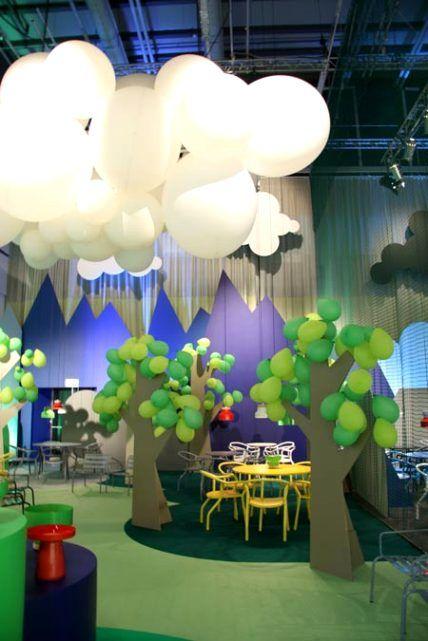 Me ha encantado la idea de los árboles, hechos posiblemente con madera (pero muy versionables en cartón ondulado) y unos globos verdes.