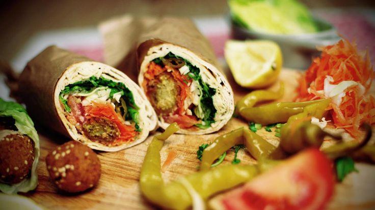 ΥΛΙΚΑ  -1 μεγάλη αραβική πίτα -1 κ. σ. ταχίνι -4 ρεβιθοκεφτέδες, φαλάφελ  -3 – 4 ροδέλες ντομάτας -1 φύλλο μαρούλι -1 κ. σ.  καρότο, τριμμένο -1 κ. σ.  λάχανο, τριμμένο -1 – 3 πιπεριές τουρσί (κατά προτίμηση καυτερές) -1 φρέσκο κρεμμυδάκι, ψιλοκομμένο -1 κ. σ. μαϊντανό, ψιλοκομμένο -1 κ. σ. φρέσκο κόλιανδρο, ψιλοκομμένος (προαιρετικά) -1 κ. σ. ελαιόλαδο(προαιρετικά) -¼  λεμονιού χυμό -μια πρέζα αλάτι -μια πρέζα πιπέρι -μια πρέζα κύμινο (προαιρετικά) -1 κ. σ. χούμους, (προαιρετικά)